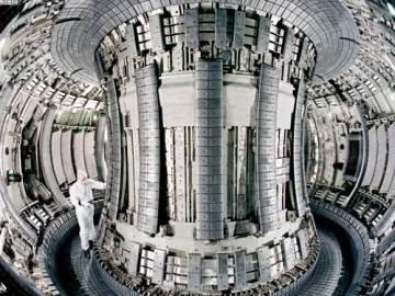 Blik in een kernfusie-reactor. Ondanks de miljarden die in deze techniek worden gepompt, zal het nog tientallen jaren duren vóór resultaten zichtbaar zijn.