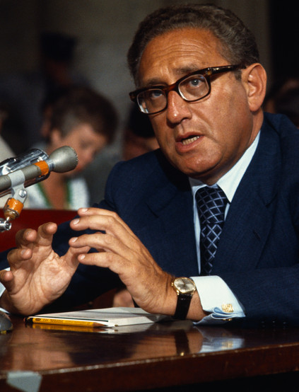 Kissinger, uit de tijd dat hij Brice Taylor als slavin exploiteerde. Hier in een hearing in de Amerikaanse Senaat..