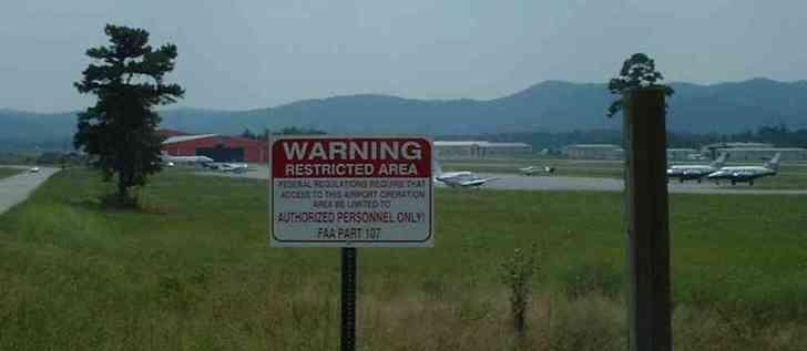 Mena airport, dat niet eens een luchthaven te noemen is. Een kleine airstrip, waar de verdovende middelen, met goedkeuring van goeverneur Bill Clinton werden aan- en afgevoerd.