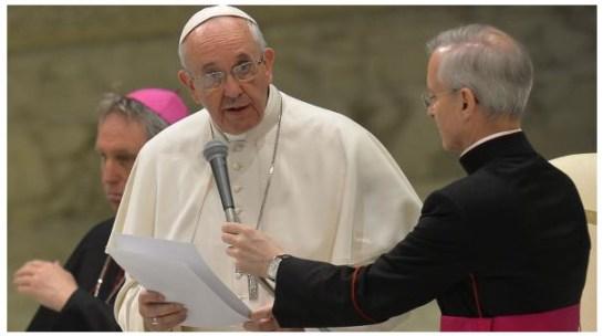"""""""Ik voel me verplicht om alle schuld op me te nemen voor het kwaad dat een kleine groep priesters heeft aangericht."""" Hij benadrukte dat het maar om een klein aantal geestelijken gaat als je het afzet tegen de grote hoeveelheid priesters in de wereld. """"Ik wil persoonlijk vergeving vragen voor de schade die zij hebben toegebracht door het seksueel misbruiken van kinderen"""","""