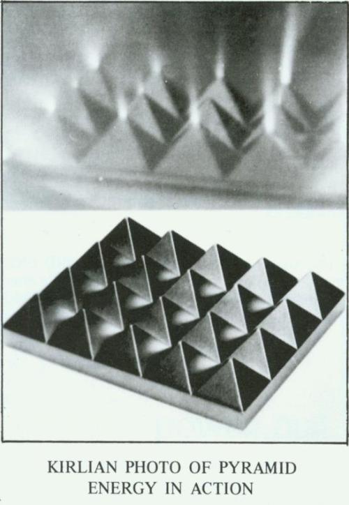 Een uiterst fraaie Kirlian-foto toont de energetische vortex die een piramide uitstraalt, vanuit de top, maar ook vanuit de basis!