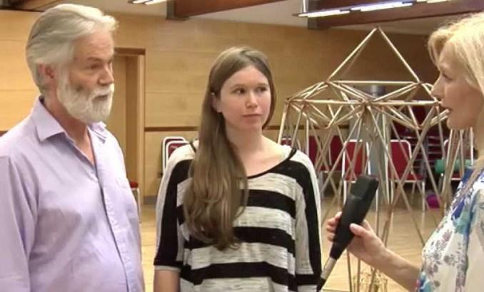 Pregeet Harris en Julieanne Conard worden geïnterviewd tijdens een workshop in Frankrijk.