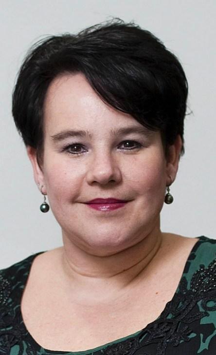 Staatsieportret van Sharon Dijksma, staatssecretaris van Economische Zaken. Kennelijk is haar angst voor de rechter, groter dan haar interesse in een goede volksgezondheid. Rapporten over de kankerverwekkende eigenschappen van 'RoundUp' zijn voor haar 'onvoldoende sterk'..