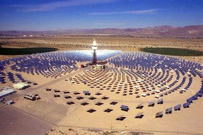 CSP installatie, met zonnecollector-toren in het midden.