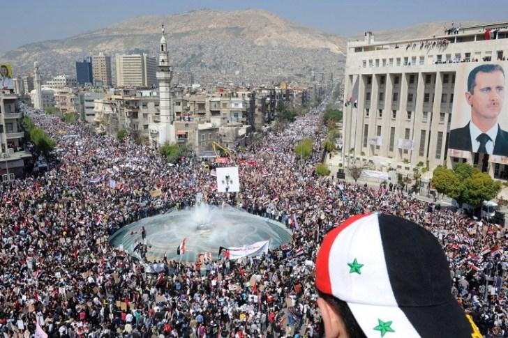 Het is 2011 en Syrië is aan de beurt om te vallen. Het truukje van Gene Sharp wordt aangezwengeld en de 'opstandelingen' komen tevoorschijn. De steun van de bevolking aan president Assad wordt niet getoond.. Want herken je deze beelden..?