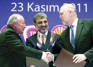 Shell topman Malcolm Brinded bevestigt de zojuist gesloten deal. Hjj schudt de hand van Mehmet Uysal van het Turkse staatsbedrijf TPAO, onder toeziend oog van de Turkse minister Yildiz.