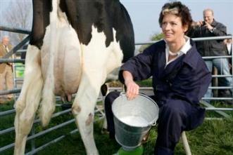 Minister Gerda Verburg, hier op PR-toer voor hogere melkconsumptie.