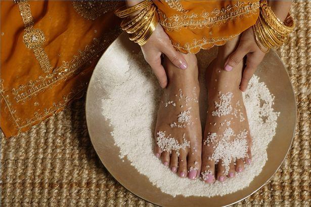 Een 'voetenbad' met zeezout en baking soda, stelt het lichaam in staat om essentiële zaken op te nemen via de (voet)huid..!