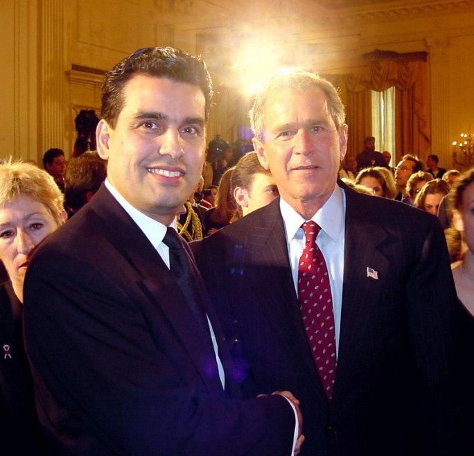 George Bush met één van de helden van de aanslagen. Wiliam Rodriguez. Hij is de conciërge van de WTC-torens en werd eerst door Bush als een held geëerd. Totdat.... Totdat Rodriguez de realiteit vertelde die niet overkwam met de realiteit zoals Bush die wilde verspreiden. Plotseling was Rodriguez kennelijk geen held meer..