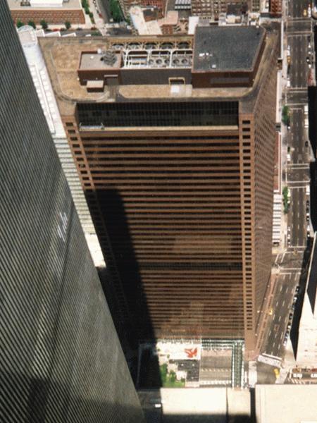 WTC-gebouw nummer 7, een reus van 47 verdiepingen. Stortte zo even in, door een paar vuurtjes in het gebouw..
