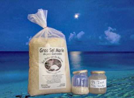Een zak ongeraffineerd zoutzout met de 'Sole'-oplossing ernaast.