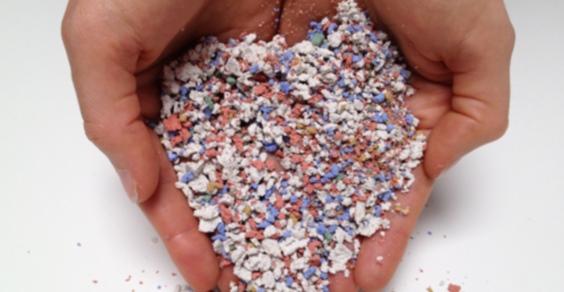 Het zeoform-granulaat. Dezelfde vorm waarin plastic wordt aangeleverd aan de grote plasticverwerkende industrieën.