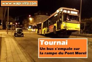 Tournai : un bus s'empale sur la rampe du Pont Morel