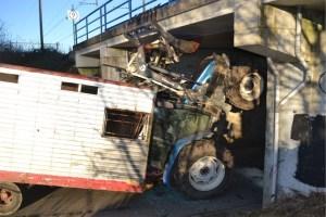 Une agricultrice bloque son tracteur sous un pont de chemin de fer à Enghien
