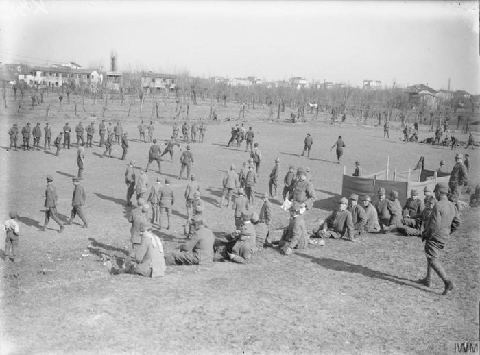 12-impromptu-football-match-italian-front