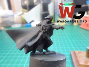 La imprimación proporciona una capa para que la pintura se adhiera mejor a la miniatura