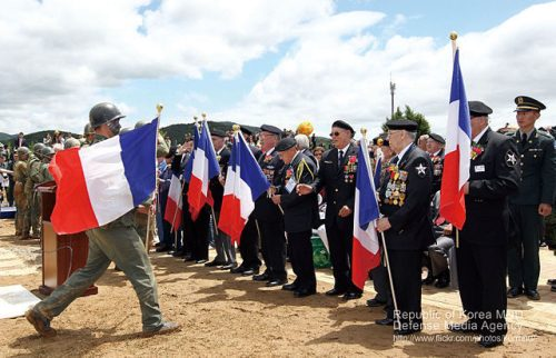 French veterans of the battle in Chipyong-ni received flags from Korean soldiers on a victory ceremony in 2012. By 대한민국 국군 Republic of Korea Armed Forces - 2010.5.26 지평리전투 기념행사, CC BY-SA 2.0, https://commons.wikimedia.org/w/index.php?curid=36999544