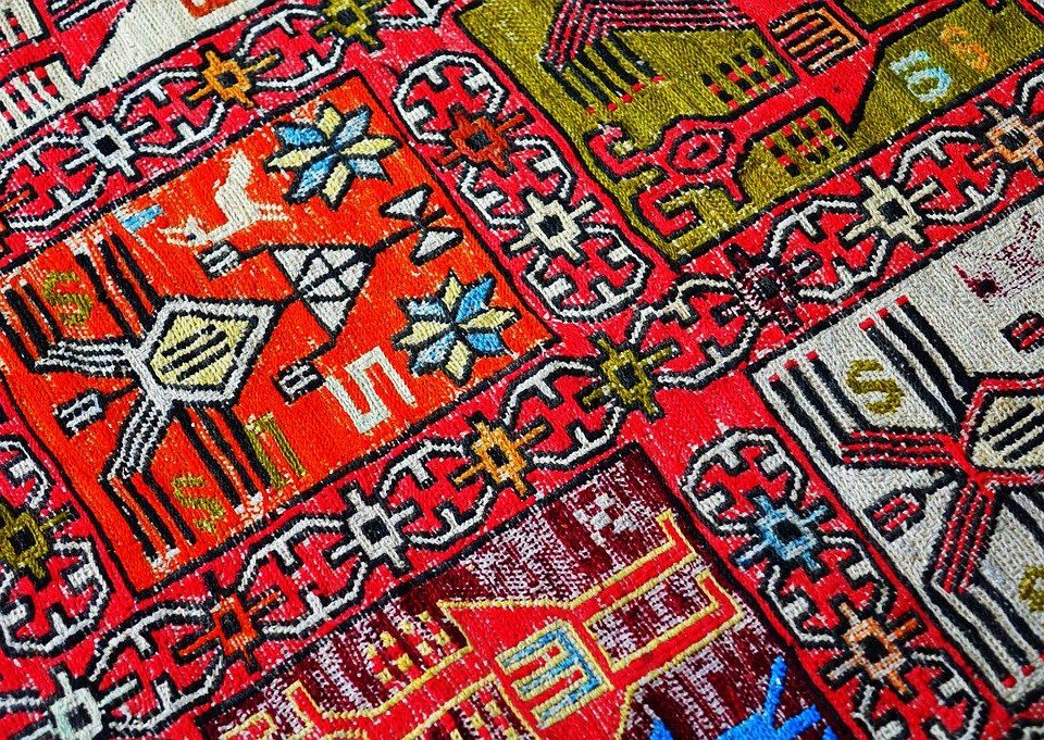 What's the difference between handmade and mechanism rugs?
