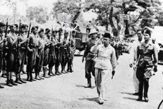 Wapres Mohamad Hatta memeriksa pasukan kehormatan di Linggarjati, Cirebon, 17 November 1946