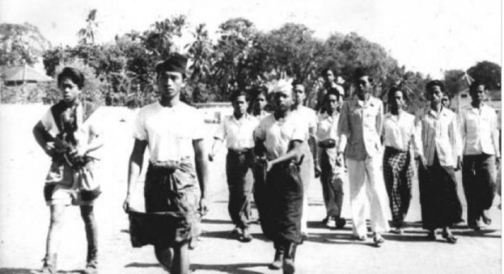 foto : gahetna.nl Madiun setelah pemberontakan komunis. Anggota pasukan Republik, dipersenjatai dengan senjata otomatis, untuk membawa komunis ditangkap markas mereka di lingkungan atau Madiun. 25-10-1948