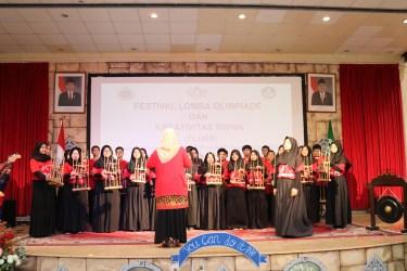 Pertunjukan Musik Angklung oleh siswa-siswa SIJ