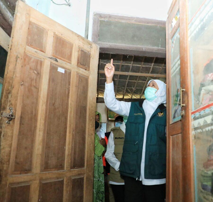 Gubernur Khofifah Tinjau Gempa Blitar, Lalu Berikan Bantuan
