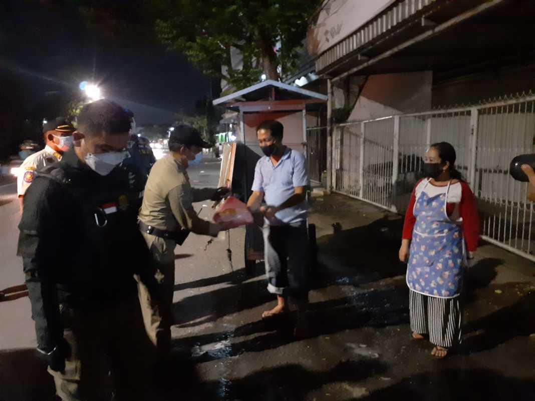 Begini Satpol PP Surabaya Edukasi PPKM Darurat, Humanis Sambil Bagikan Sembako