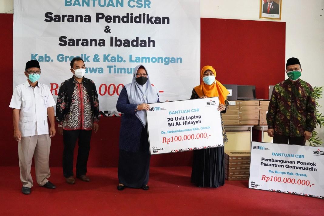 SIG Salurkan Bantuan 30 Laptop dan Dana Pembangunan Sarana Ibadah