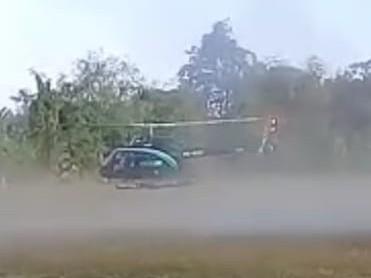 Pertama Helikopter Mendarat Di Lapangan Bola, Menyita Perhatian Warga Lateng