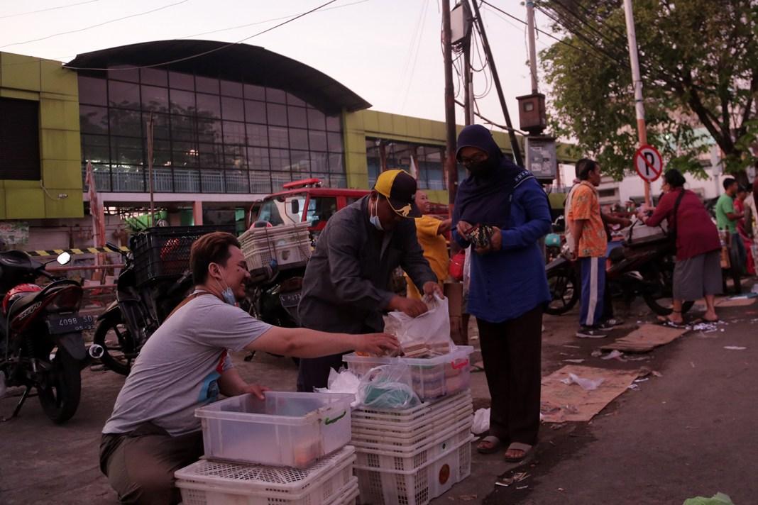 Pedagang Direlokasi Sementara di Halaman Pasar Kembang