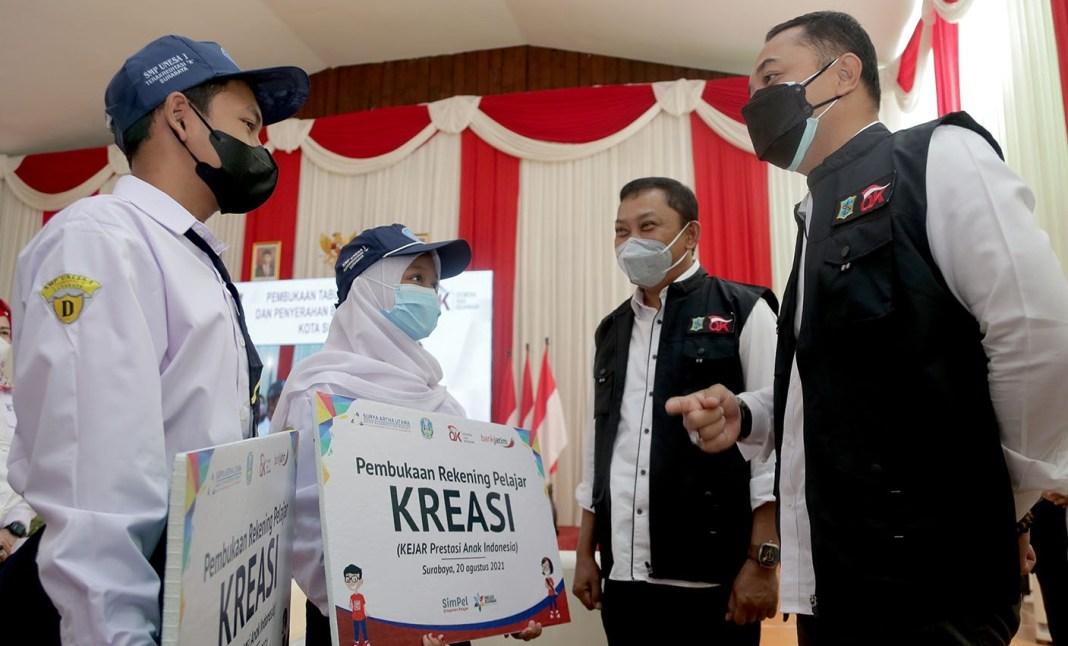 OJK Berikan Beasiswa Pelajar MBR Surabaya Rp 605 Juta