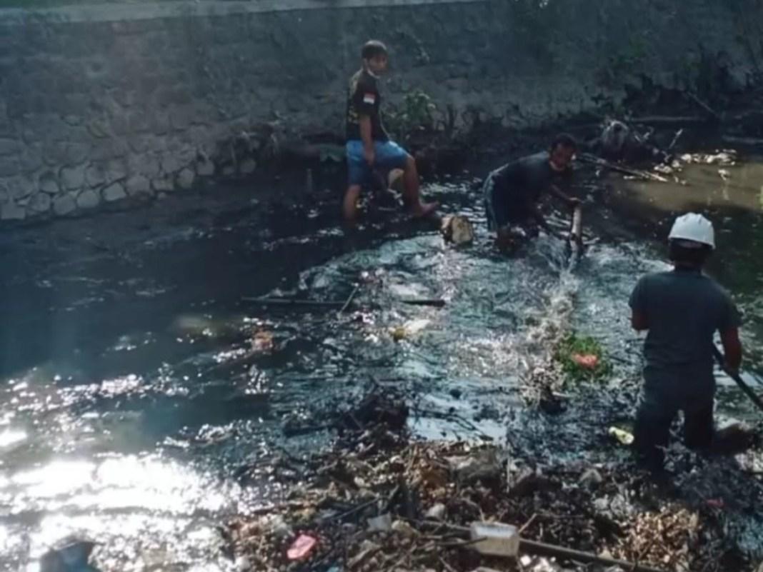 Program Rutin, Karyawan PG Pesantren Baru Gelar Kerja Bhakti untuk Sungai Bersih