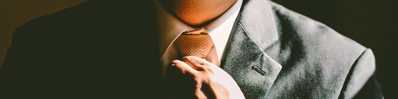 Geschenkeblog für Männer. Hand an Krawatte.