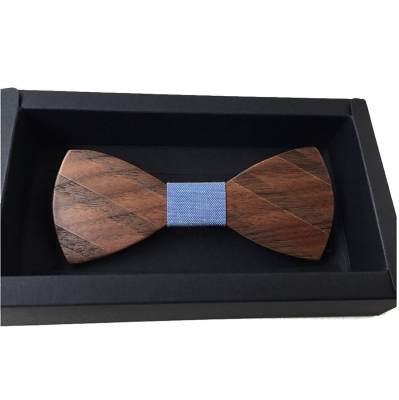 Gestreifte Fliege aus Holz als günstiges Geschenk für den Mann