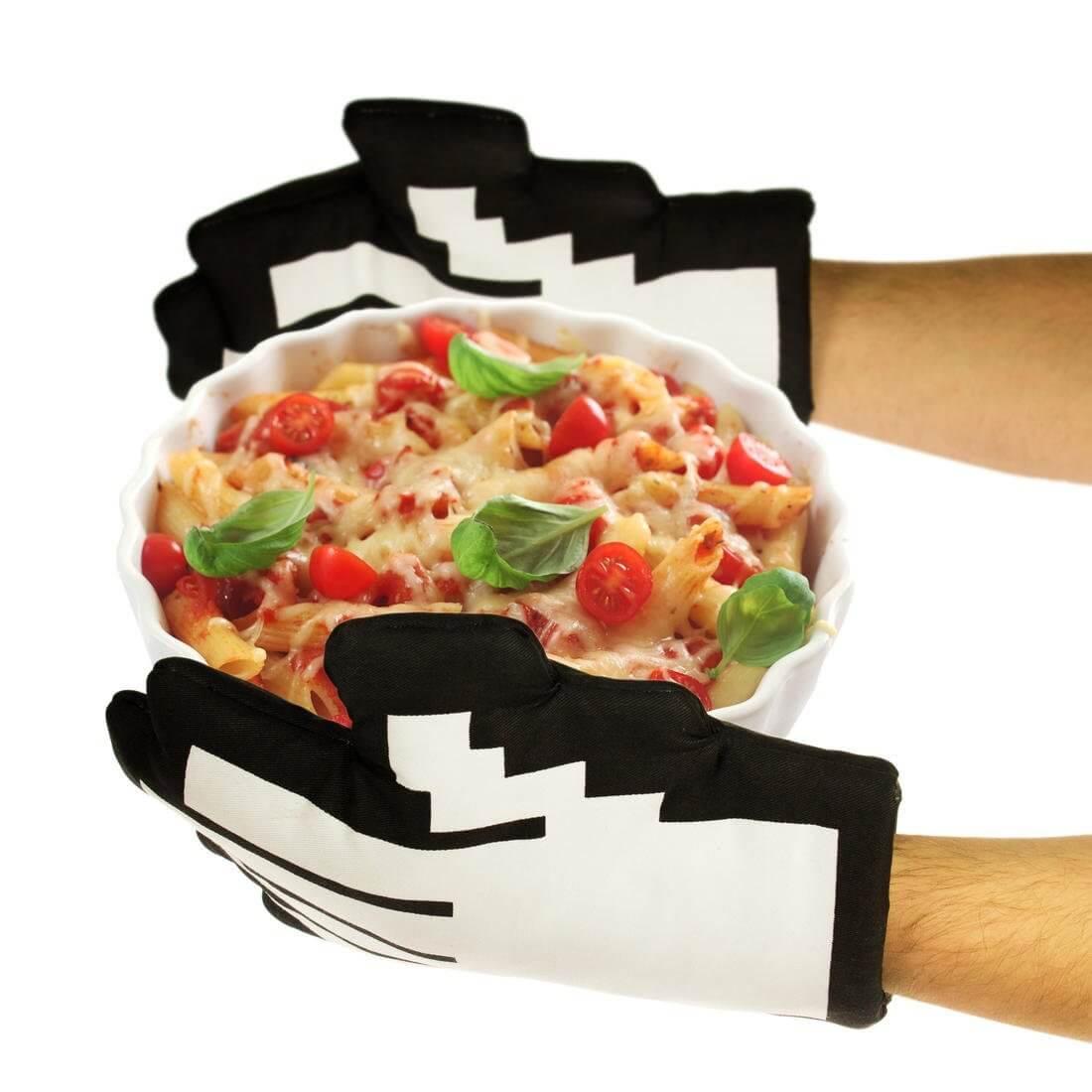 Nerd Geschenke - Die besten Gadgets für Geeks - Ofenhandschuhe im Pixel-Design