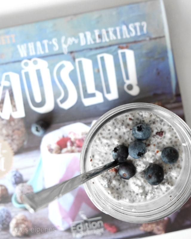 Rezept Overnight Oats mit Mandeln, Chia Samen, Ahornsirup, Blaubeeren | What's for breakfast | waseigenes.com