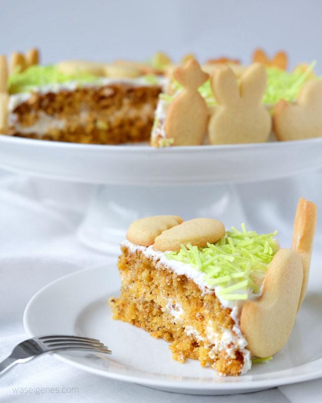 Möhrenkuchen mit Frischkäse Frosting, Butterplätzchen und essbarem Ostergras | Osterkuchen Rezept | waseigenes.com