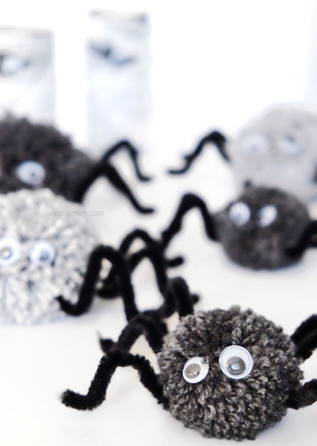 Halloween Deko | Basteln mit Kindern | Pompom Spinnen basteln | waseigenes.com DIY Blog
