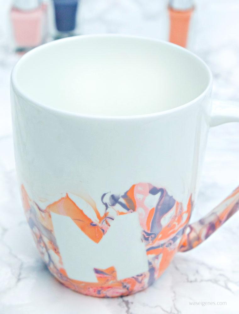 DIY Idee Muttertagsgeschenk: Kaffeetassen mit Nagellack marmorieren, vorher ein M aufkleben | waseigenes.com