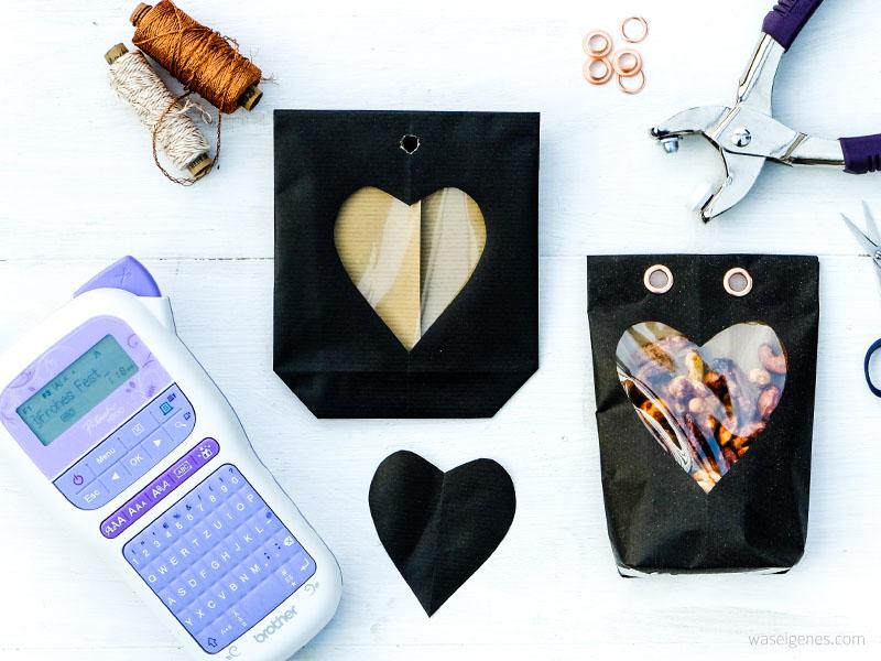 Bastel- und Faltanleitung Papiertüten mit selbst gedruckten Textillabel für scharfe Weihnachtsnüsschen | waseigenes.com DIY Blog