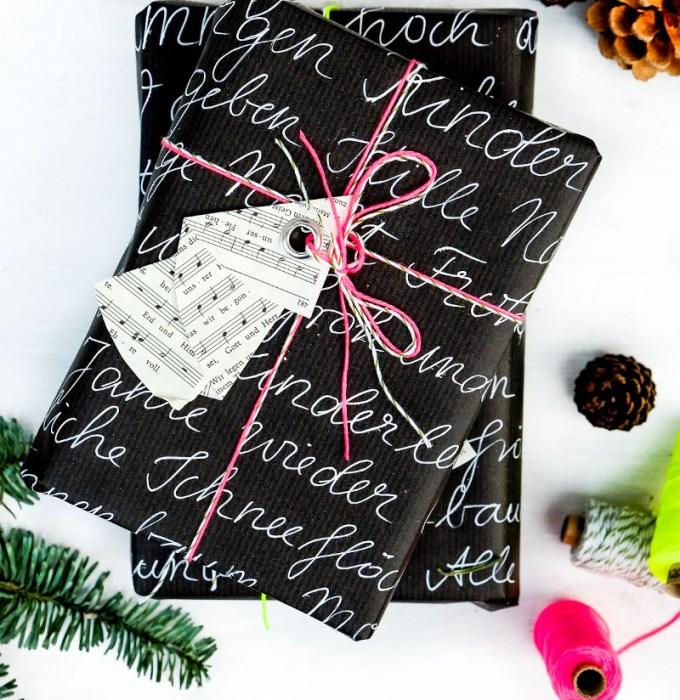 DIY Weihnachtsbaum Geschenkanhänger   aus den Seiten eines alten Gotteslobes falten, eine Öse einschlagen   schwarzes Geschenkpapier Handlettering, neon Garn   waseigenes.com DIY Blog