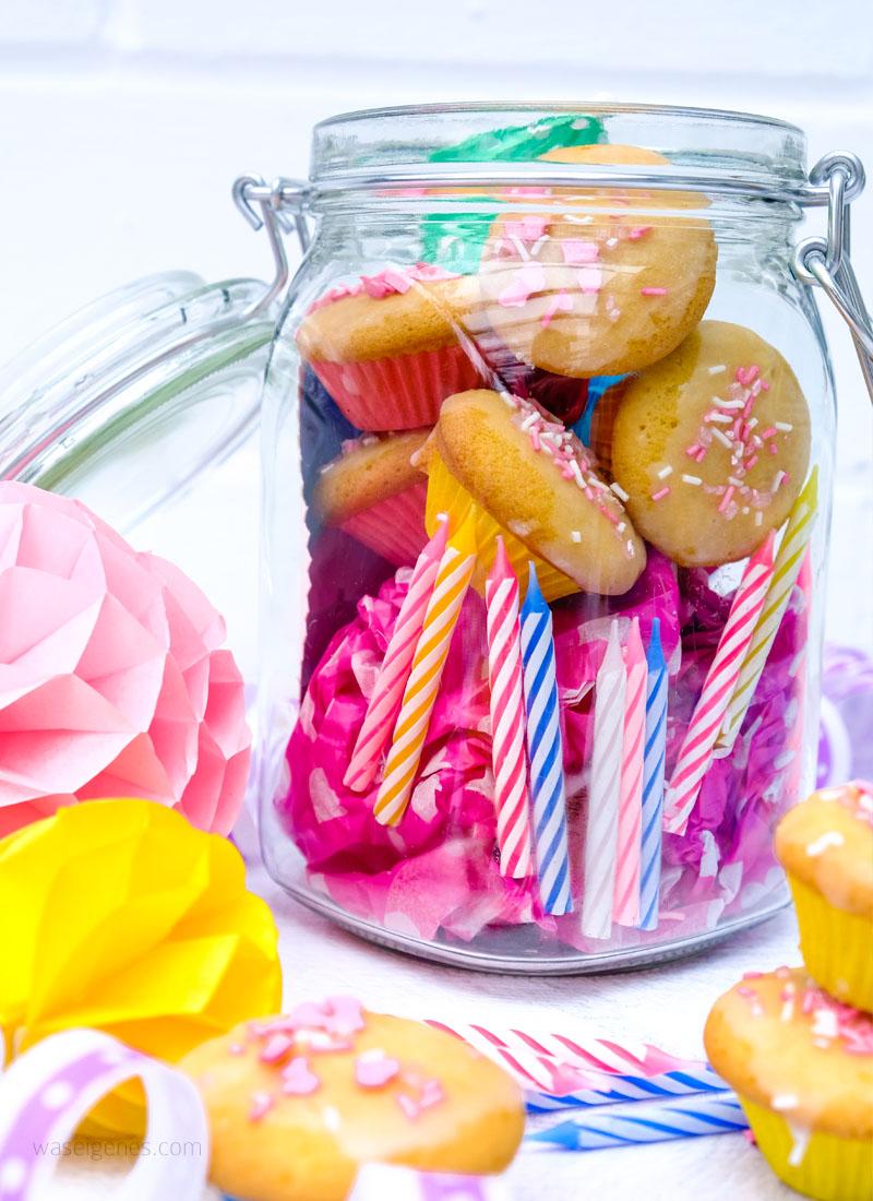 Bunte DIY Geschenkidee zum Geburtstag: Ein Glas bestücken mit Geburtstagskerzen, Luftballons, Papierschirmchen, Luftschlangen, mini Muffins und einem Gutschein | Geburtstag im Glas | Geschenke im Glas Ideen | waseigenes.com DIY Blog