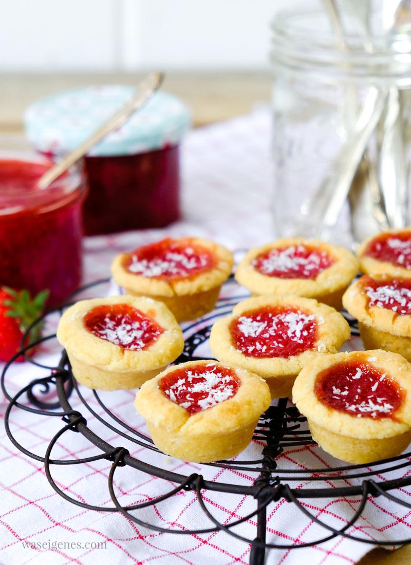 Kleine feine Marmeladentörtchen, gefüllt mit selbst gekochter Erdbeer-Kokos-Marmelade.