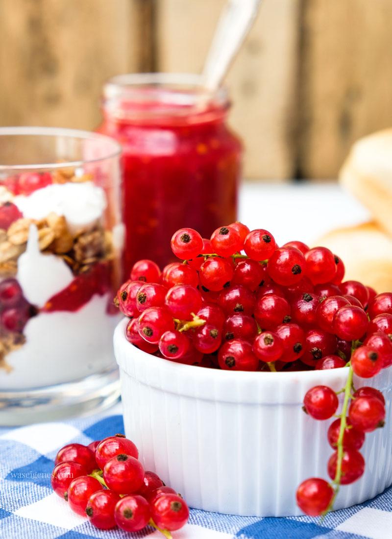 Rezept: Johannisbeer Schichtdessert mit Ricotta Quark Creme und Nuss Crunch | waseigenes.com