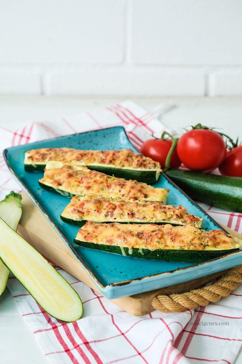 Rezept: Gefüllte & überbackene Zucchini mit Tomaten und Schinken. Dazu schmeckt Putengeschnetzeltes und Reis, waseigenes.com