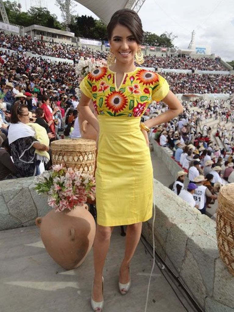 Embroidered flower short dress with yellow color