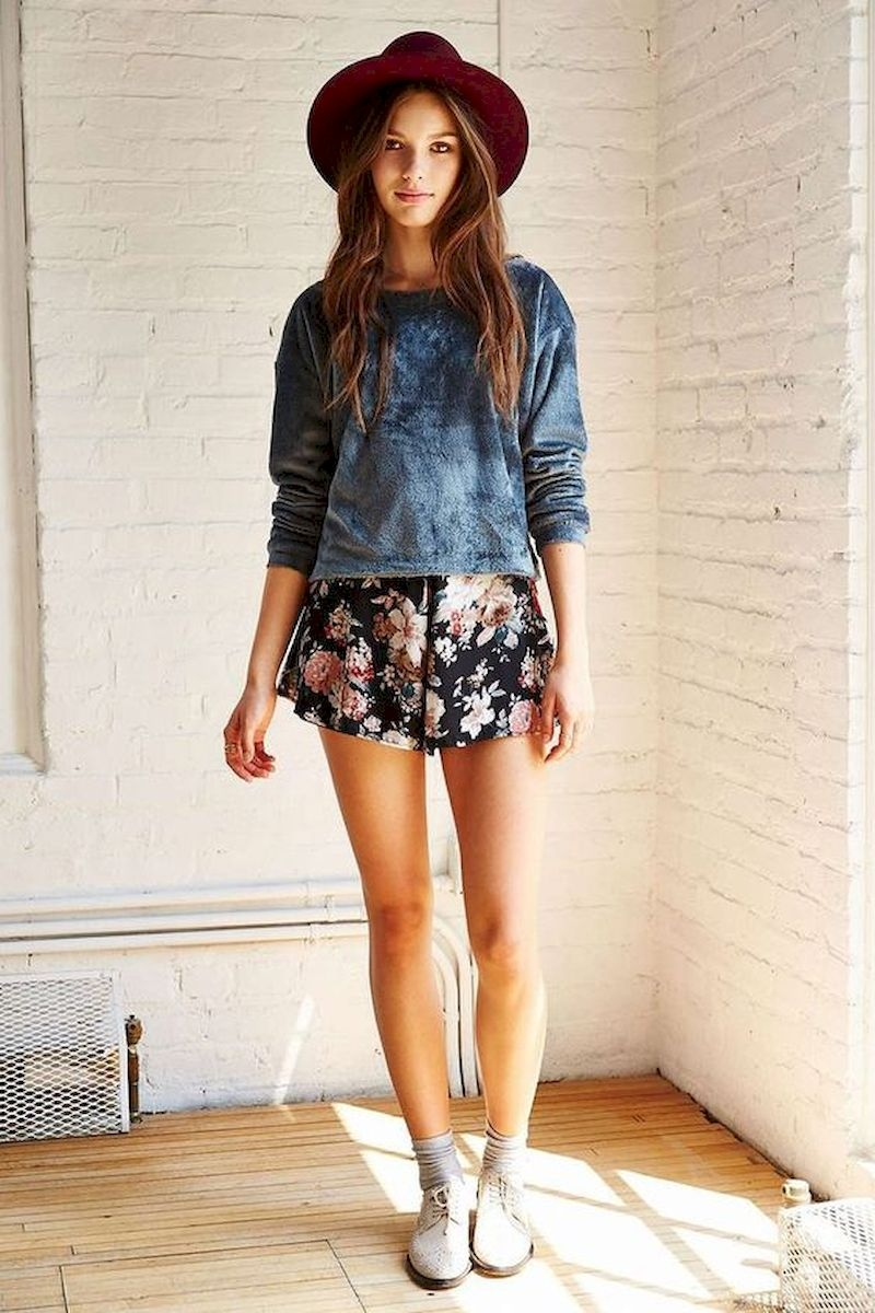 Spring outfit inspiration with short floral pant and long sweatshirt