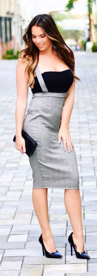 Black and gray sleeveless dress + Black pointed-toe heels + Leather long wallet.