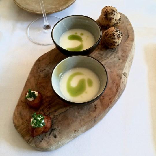 Restaurant Breda: amuse met aardappelpreisoepje, soesje met paddestoelen en aardappelkroketje