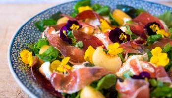 Salade met perzik, mozzarella en ham